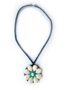 Náhrdelník květina bílo modrá