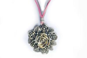 Náhrdelník růžičky na stříbrno-růžové kůžičce