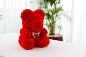 Červený medvídek z růží se stuhou