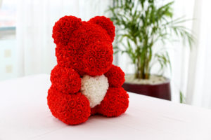 Červený medvídek z růží s bílým srdcem