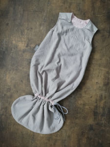 Rostoucí spací pytel šedá gázovina / kapky na růžové