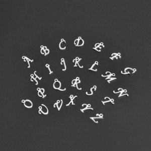 Kovový přívěsek – stříbrný – písmeno A–Z – 14 x 6 x 2 mm – 1 ks