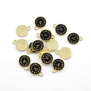 Kovový přívěsek – zlatý – černý ciferník – 17 x 13 x 1,5 mm – 1 ks